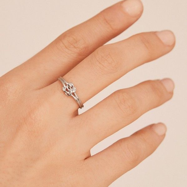 Double knot silver ring hand