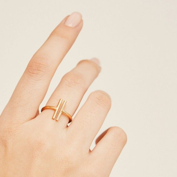 Duo gold ring hand