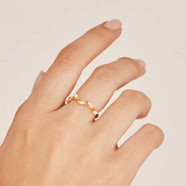 Belle gold ring hand
