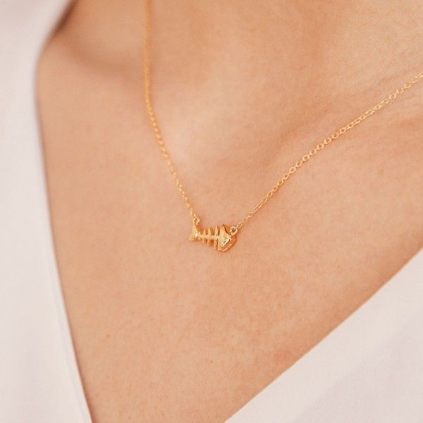 Pesce gold necklace detail